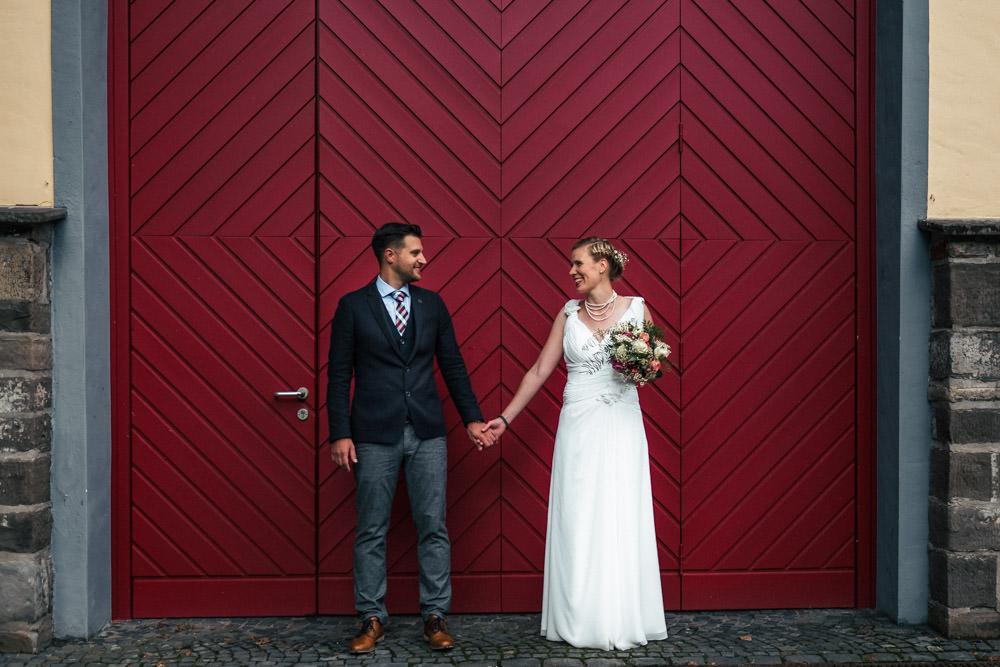 Hochzeitspaar Paarhooting vor rotem Tor