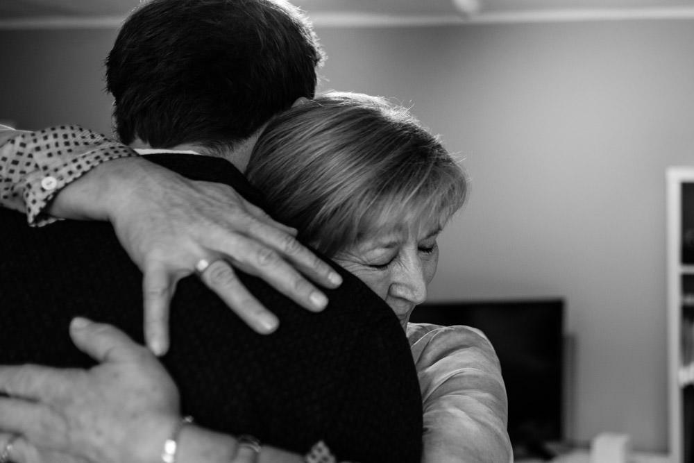 Mutter des Bräutigam umarmt Bräutigam