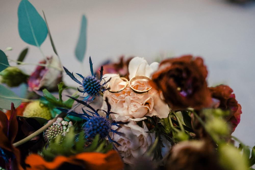 Hochzeitsringe auf Brautstrauß