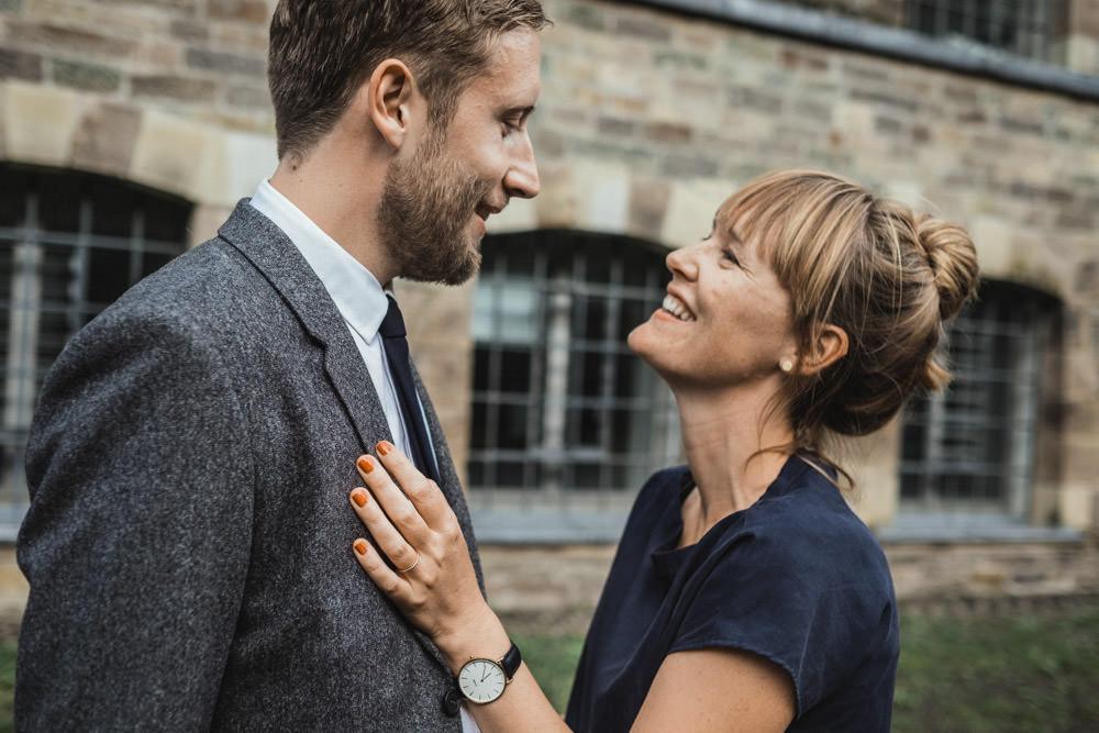 Paar schaut sich in die Augen und lacht im Bergischen Land