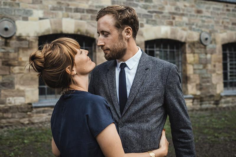 Paar schaut sich in die Augen in Engelskirchen