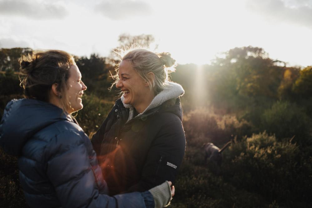 Paar lacht sich an in der Wahner Heide