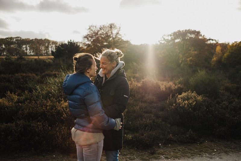 Paar sieht sich in die Augen beim Paarshooting in der Wahner Heide