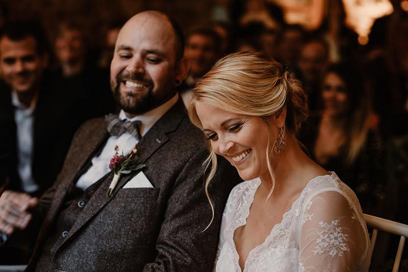 Brautpaar lacht bei der freien Trauung