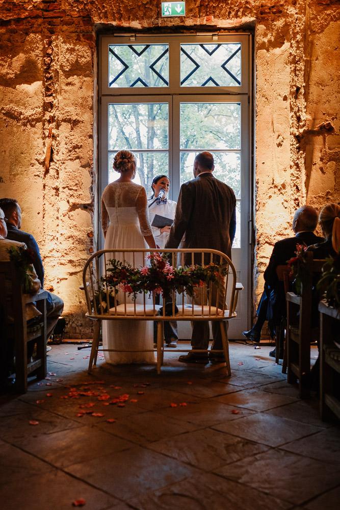 Brautpaar bei der freien Trauung durch den Gang