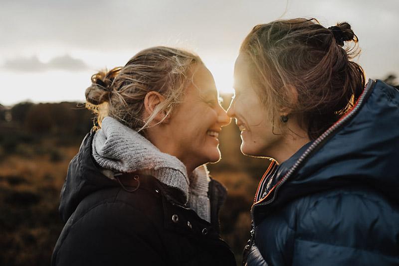 Paar lacht sich in der Wahner Heide in Köln an