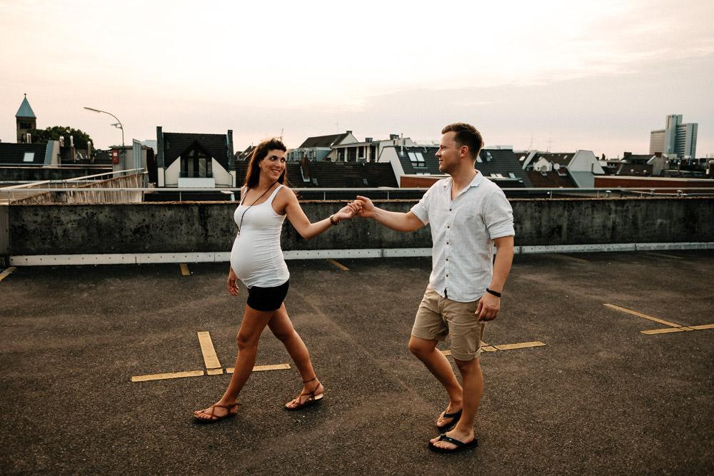 Schwangeres Paar geht spazieren