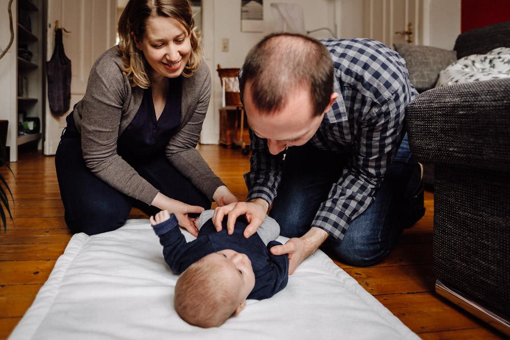 Eltern spielen mit Baby