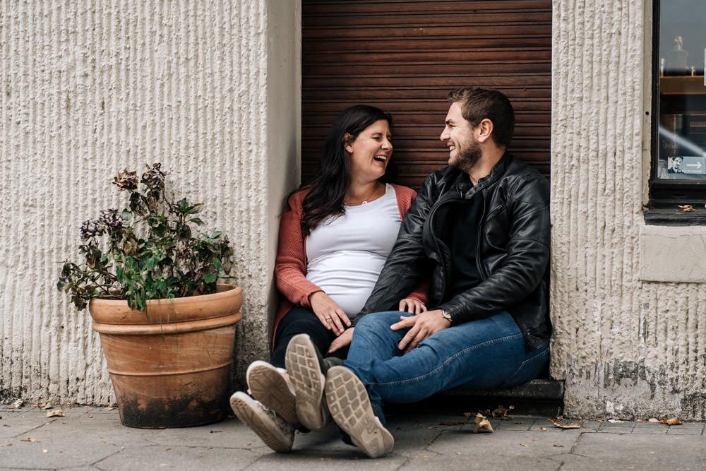 Babybauchshooting in der Stadt urban