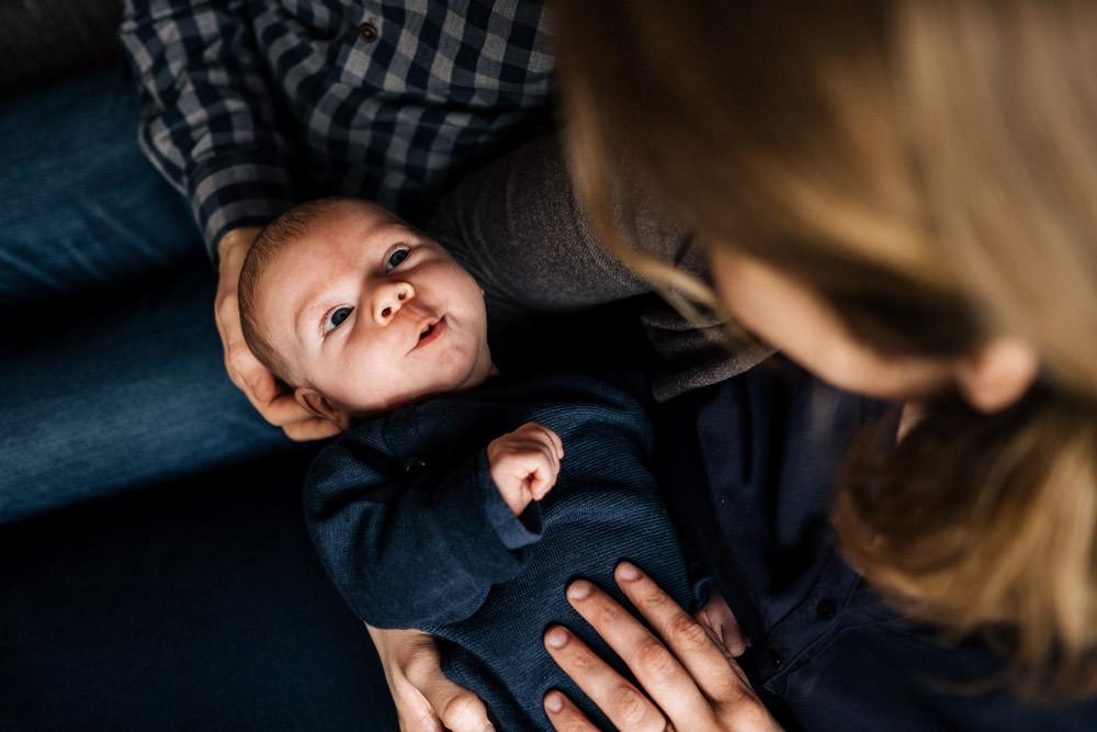 Baby schaut Mama an