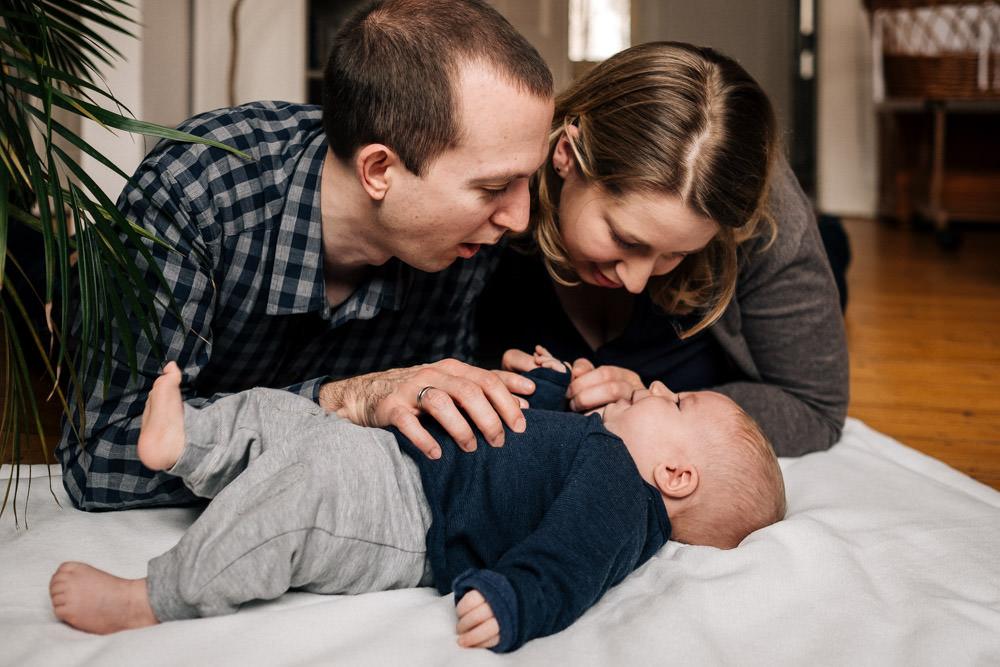 Mama und Papa spielen mit Baby
