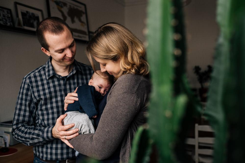 Familie kuschelt mit Baby