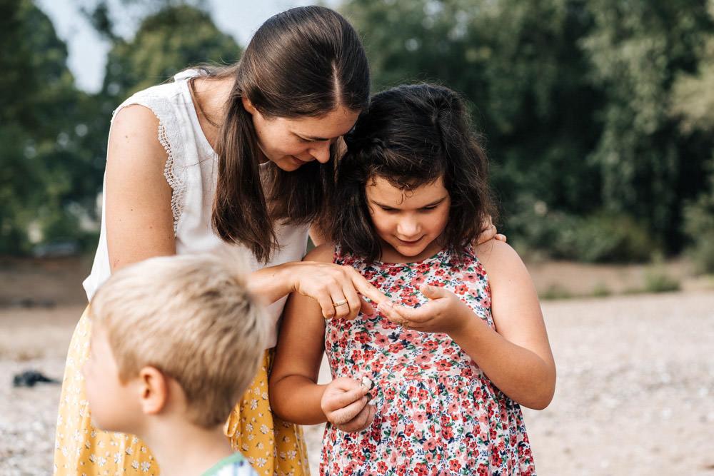 Mutter und Tochter schauen Muscheln an