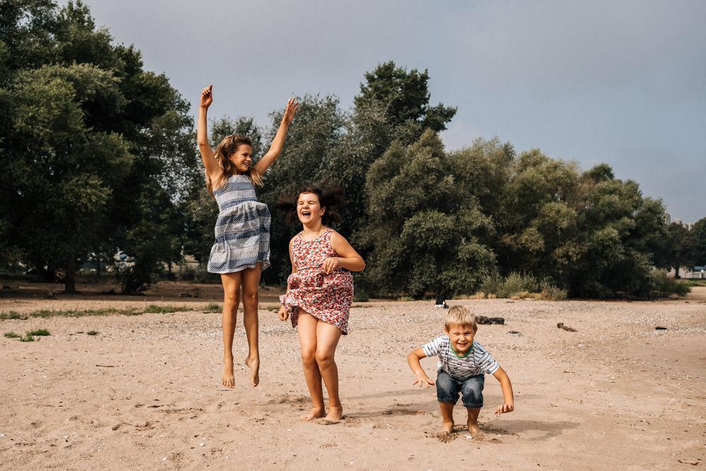 Springende Kinder beim Familienshooting
