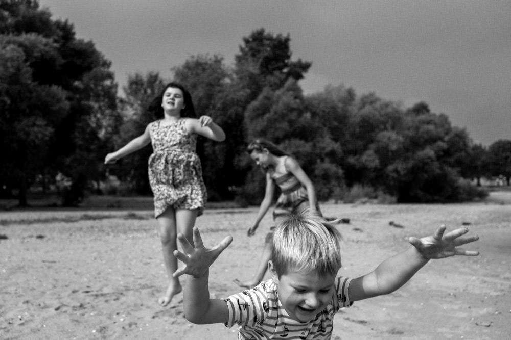 Familienfotografie springende Kinder