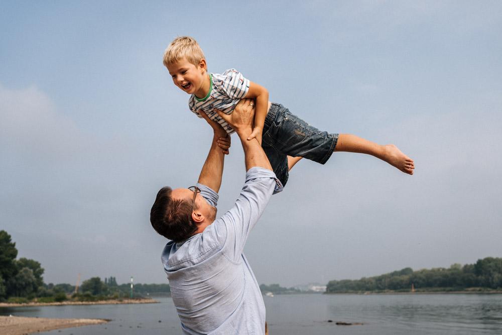 Vater wirft Sohn hoch in die Luft