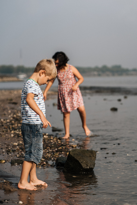 Bruder und Schwester spielen am Strand