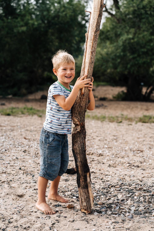 Junge mit Baum