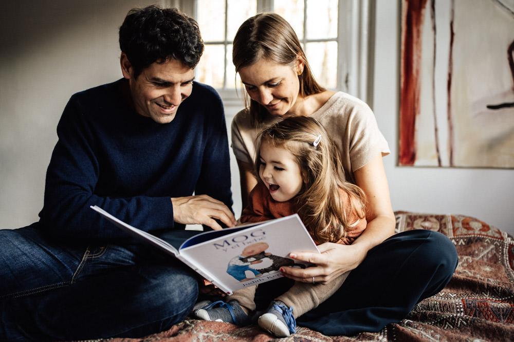 Familienfotografie zu Hause vorlesen