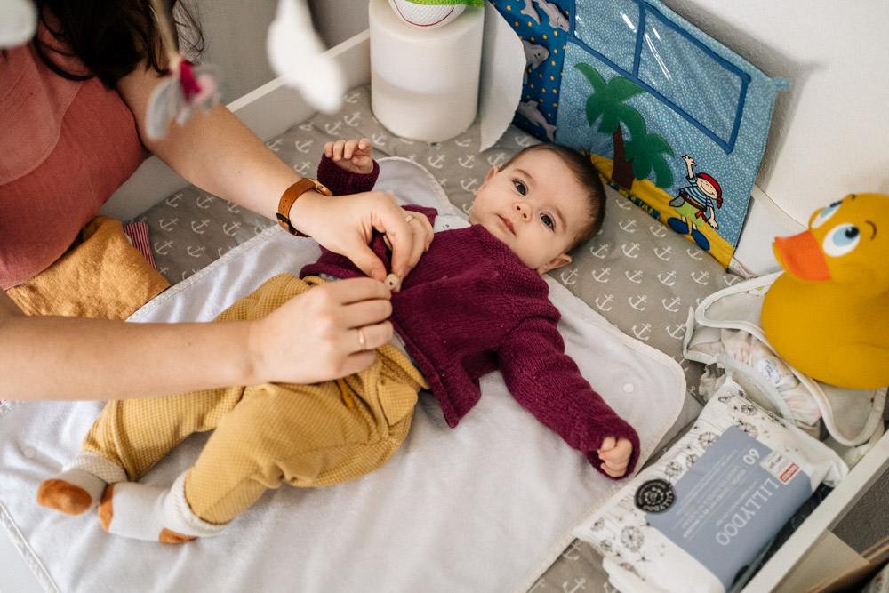 Baby auf dem Wickeltisch - Babyfotografie, Familienfotografie