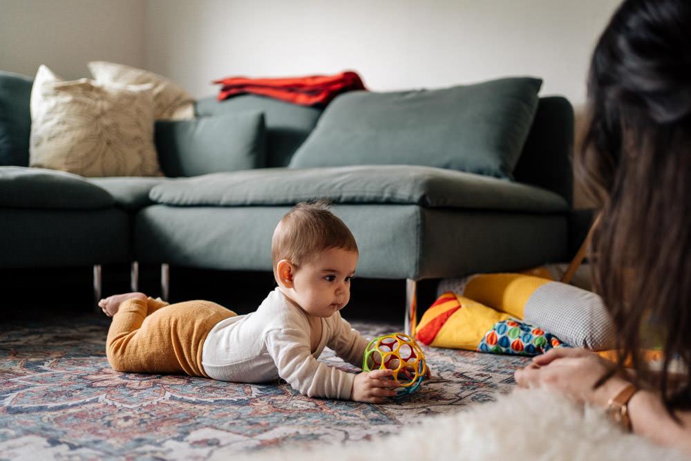 Baby spielt auf dem Teppich - Babyfotografie, Familienfotografie