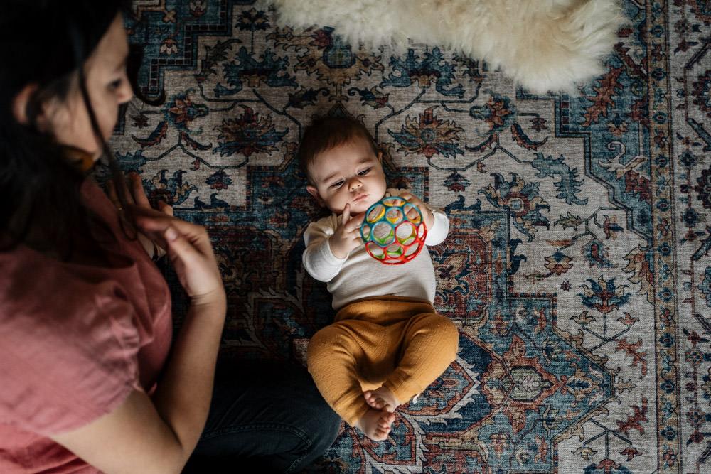 Baby spielt auf Teppich - Babyfotografie, Familienfotografie