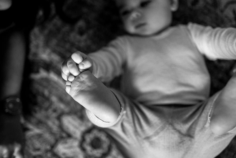 Baby spielt mit Füßen - Babyfotografie, Familienfotografie