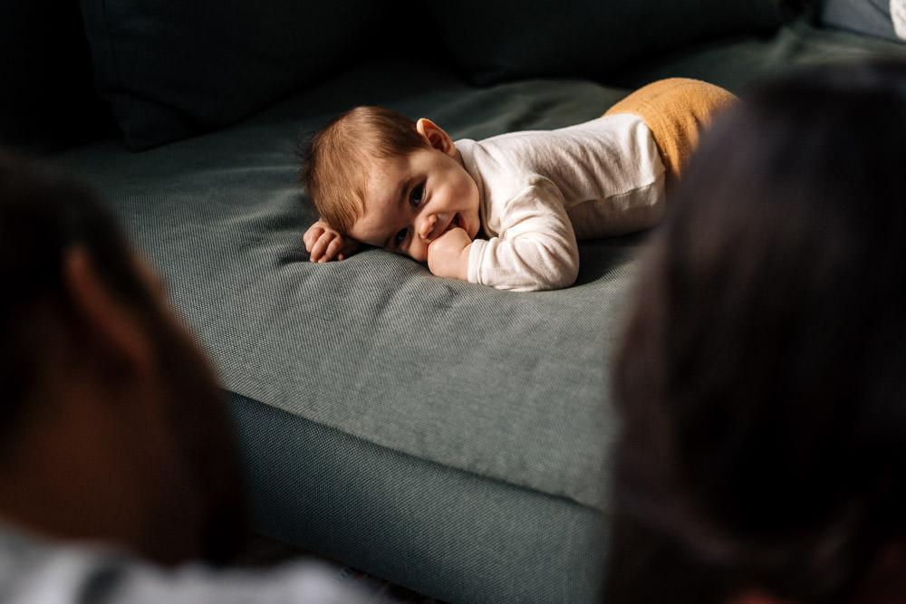 Baby schaut Eltern an - Babyfotografie, Familienfotografie