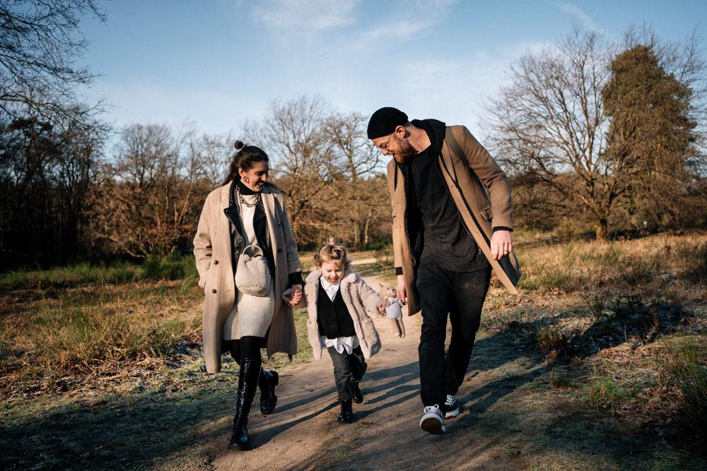Familie geht spazieren Familienshooting
