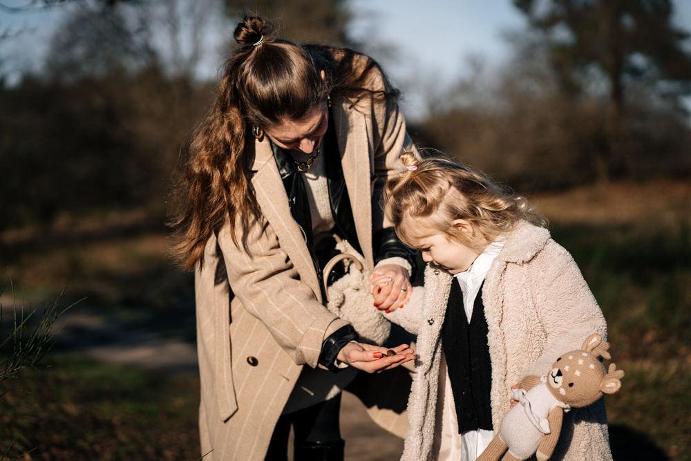 Mama zeigt Tochter Nüsse Familienreportage