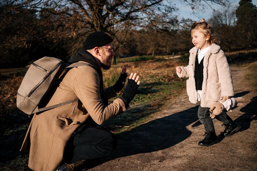 Papa spielt mit Tochter Familienshooting