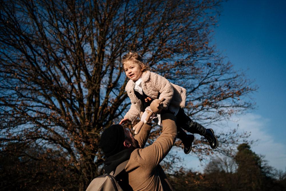 Papa wirbelt Tochter in die Luft Familienfotos