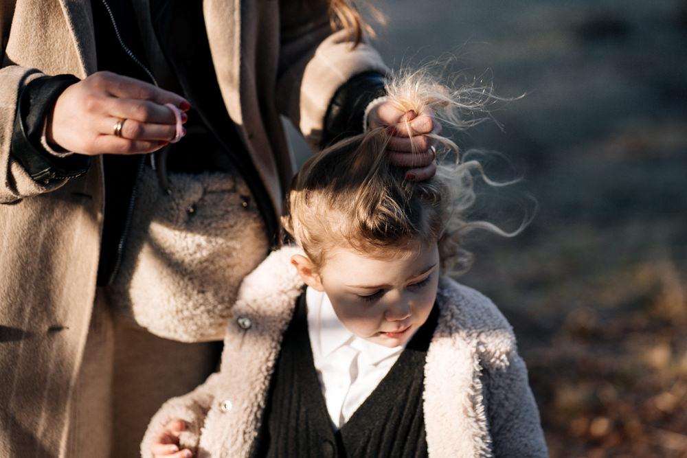 Mutter macht Tochter einen Zopf