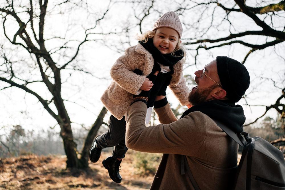 Papa hält Tochter in die Luft