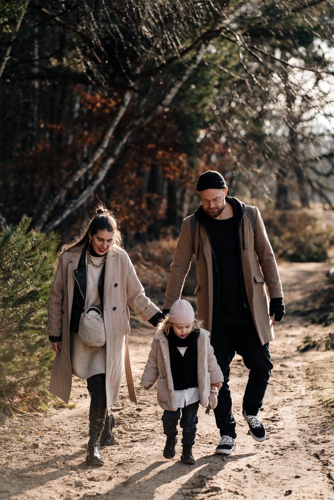 Familie spaziert durch die Wahner Heide