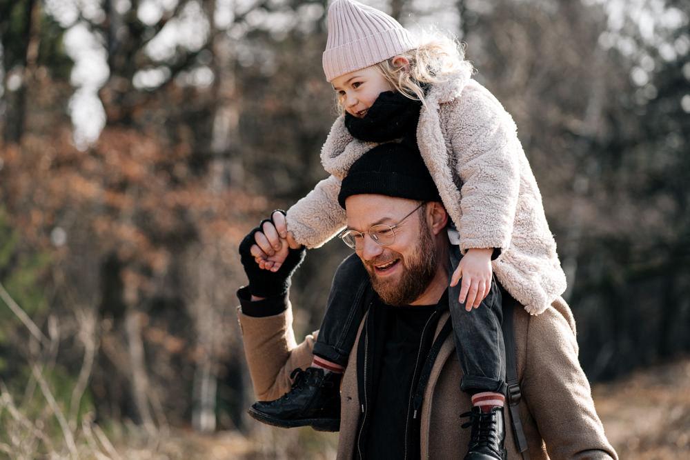 Papa trägt Tochter auf den Schultern