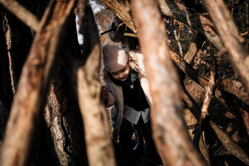 Mädchen versteckt sich in einem Holz Tipi